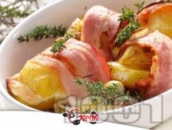 Запечени картофи с бекон, лук, кашкавал и мащерка на фурна - снимка на рецептата
